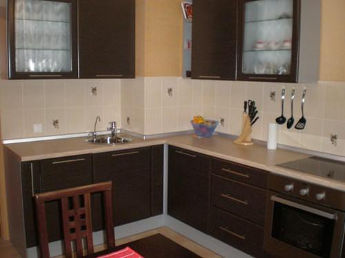 Интерьер маленькой кухни вентиляционным коробом